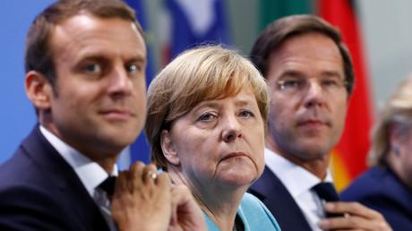 Emmanuel Macron neben Angela Merkel und Mark Ruffe in Berlin, Deutschland, 29. Juni 2017.