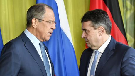Der russische Außenminister Sergej Lawrow begrüßt seinen deutschen Amtskollegen Sigmar Gabriel