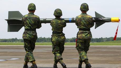 Taiwanesische Soldaten transportieren eine Rakete mit dem Namen