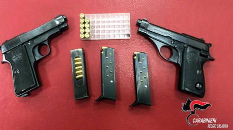 Diese Waffen hat die italienische Polizei im März bei der Festnahme des Mafia-Bosses Santo Vottari beschlagnahmt. Er soll in das so genannte Mafia-Massaker von Duisburg verwickelt sein, bei dem im August 2007 sechs Menschen starben.
