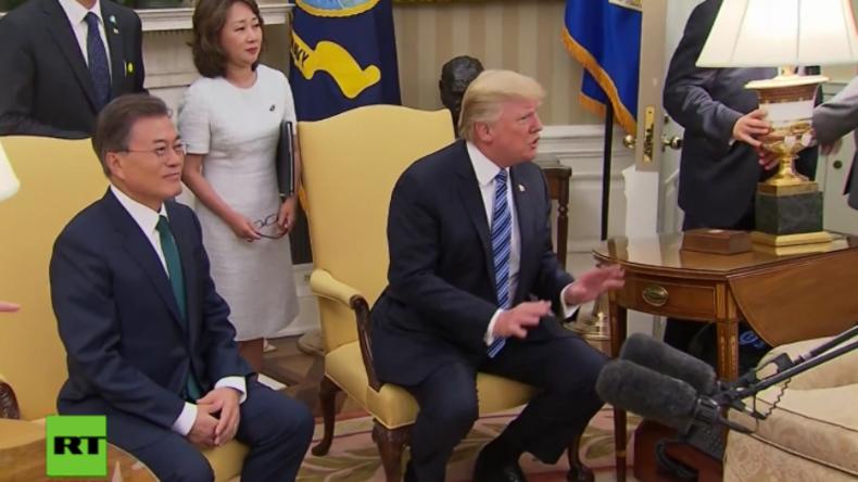 """""""Ihr werdet immer schlimmer!"""" - Drängelnde Journalisten treffen Trump fast mit umstürzender Lampe"""