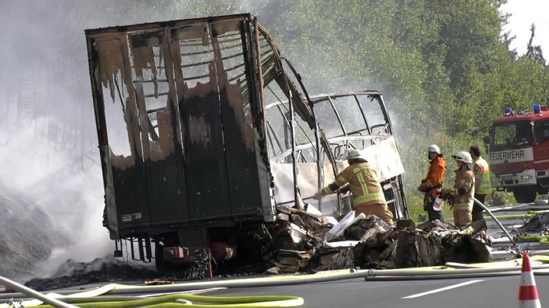 Unfall bei Münchberg: Reisebus auf A9 in Flammen - Polizei rechnet mit 18 Toten