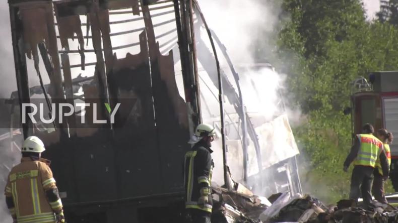 Grausiger Unfall in Bayern: Reisebus mit Seniorengruppe brennt aus - mindestens 18 Tote