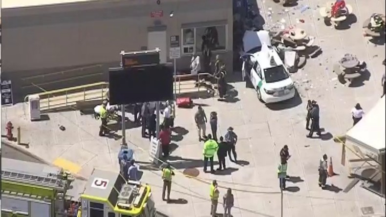 Auto in Boston fährt in Gruppe von Menschen - Verletzte