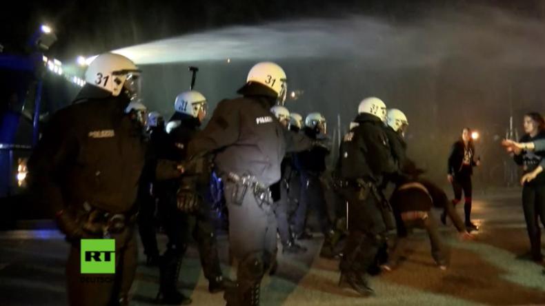 Hamburg: Vorgeschmack auf G20 – Polizei setzt Wasserwerfer gegen Gipfelgegner ein