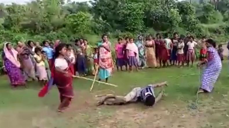 """Indien: Frauen greifen zur Selbstjustiz - Gefesselter """"Kinderschänder"""" für Prügel freigegeben"""