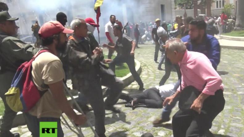 Venezuela: Ein Land versinkt im Chaos – Vermummte stürmen Parlament und verprügeln Abgeordnete
