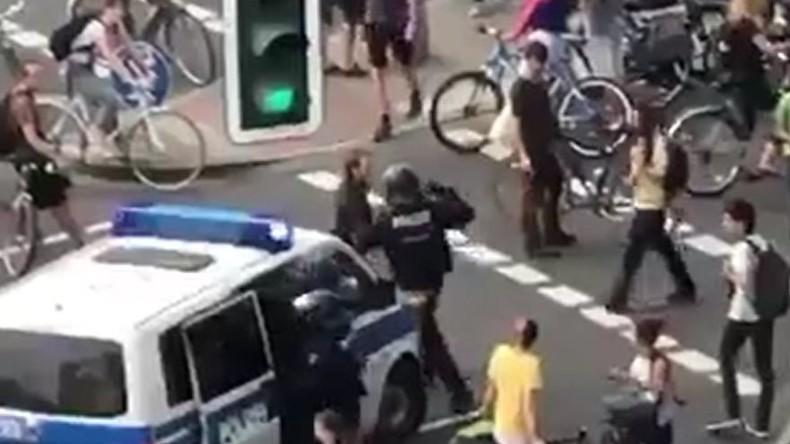 Polizeigewalt in Hamburg: Polizist schlägt G20-Demonstranten voll ins Gesicht