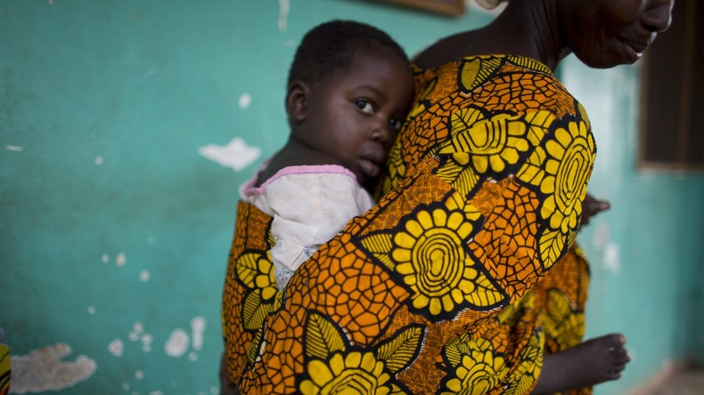 Baby in Zentralafrika in den Armen seiner Mutter erschossen