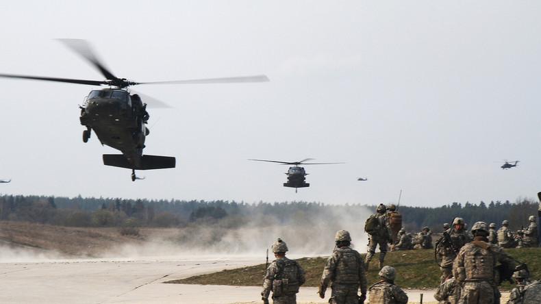"""US-Falschirmspringer und Kampfhubschrauber-Brigade üben """"Ernstfall"""" in Grafenwöhr, Bayern"""