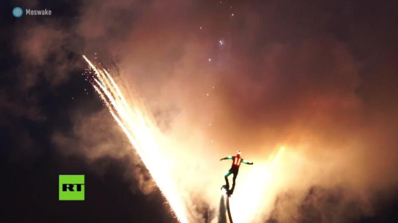 Spektakuläre Flyboard-Show am Nachthimmel nahe Moskau zieht alle Blicke auf sich