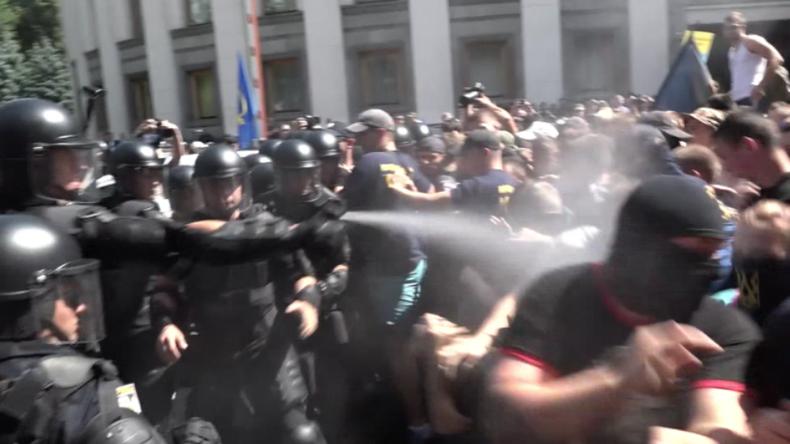 Proteste vor der Rada in Kiew - Nationalist und Polizist besprühen sich gegenseitig mit Pfefferspray