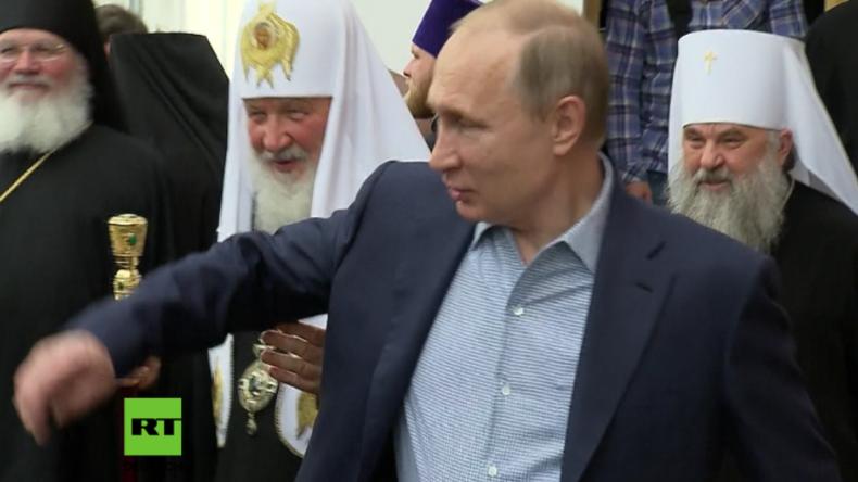 """""""Nichts da, so nicht"""" - Putin flieht vor Kyrills Armgriffen"""