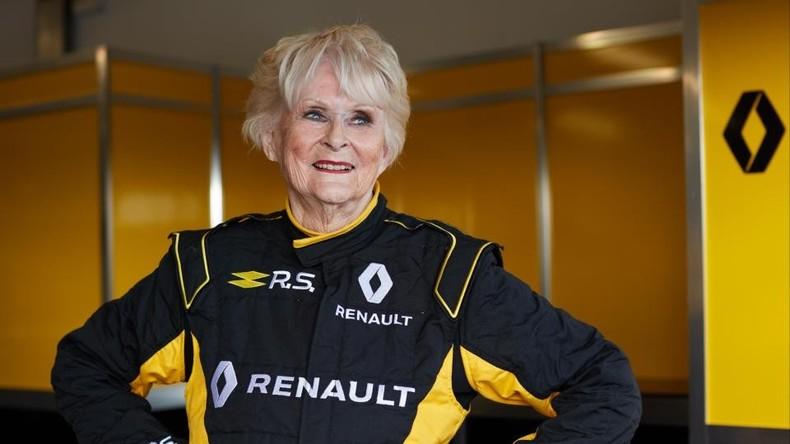 Stricken kann warten: 79-jährige Irin traut sich in Formel-1-Rennwagen [VIDEO]