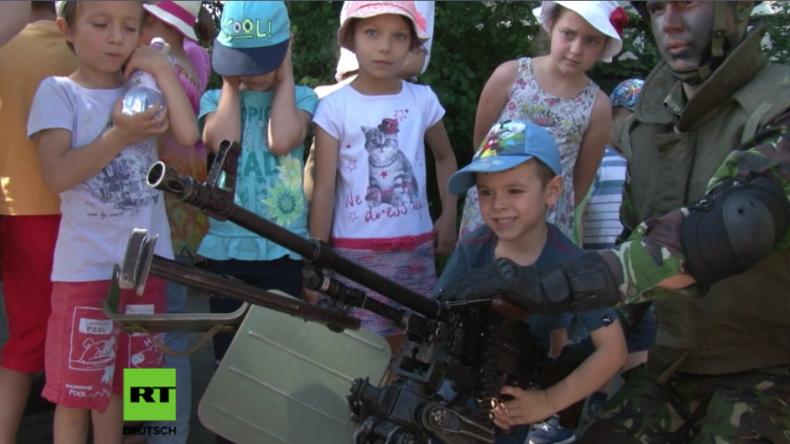 """""""Kinder an die Waffen"""" - Rumänische und US-Soldaten stellen Waffen zum Herumspielen zur Schau"""