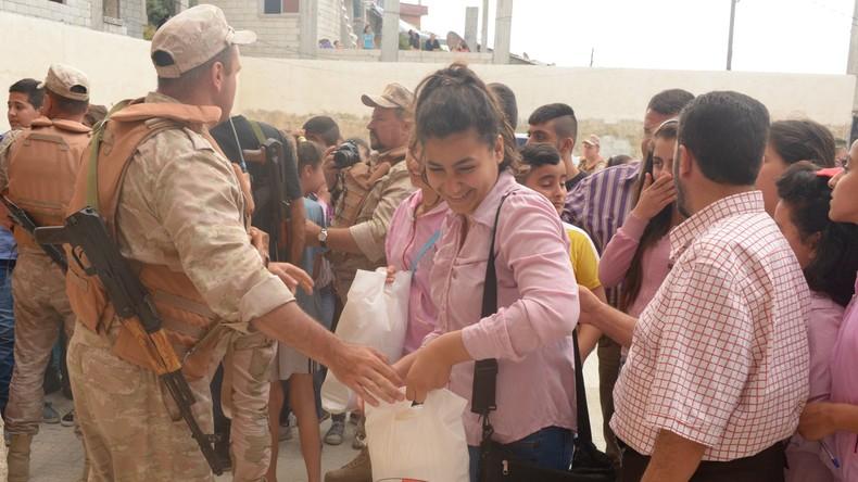 Russische Armeeangehörige liefern Hilfsgüter an Dorfbewohner in Syrien