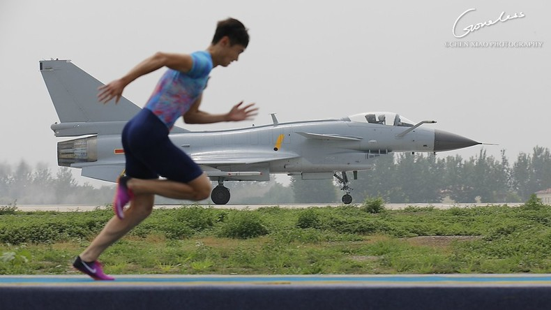 Chinesischer Sprinter misst sich mit Kampfjet und gewinnt [VIDEO]