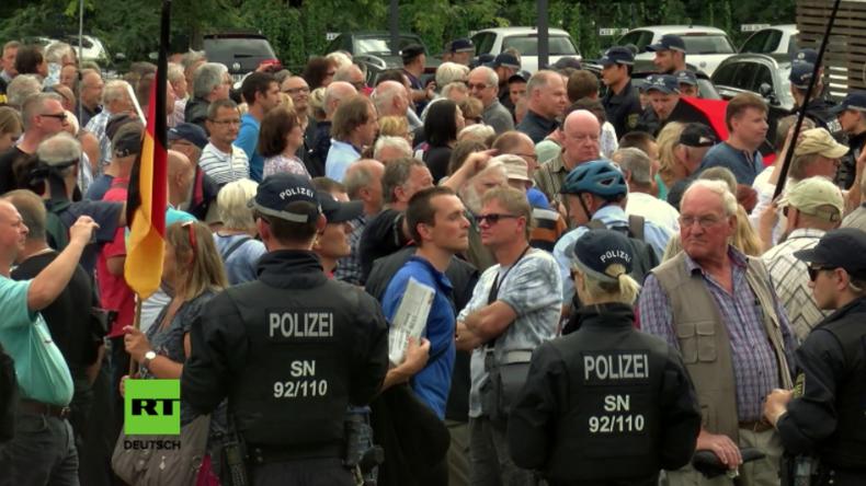 """Dresden: """"Hau ab, Volksverräter!"""" - Hunderte protestieren gegen Heiko Maas und Hate-Speech-Initiave"""