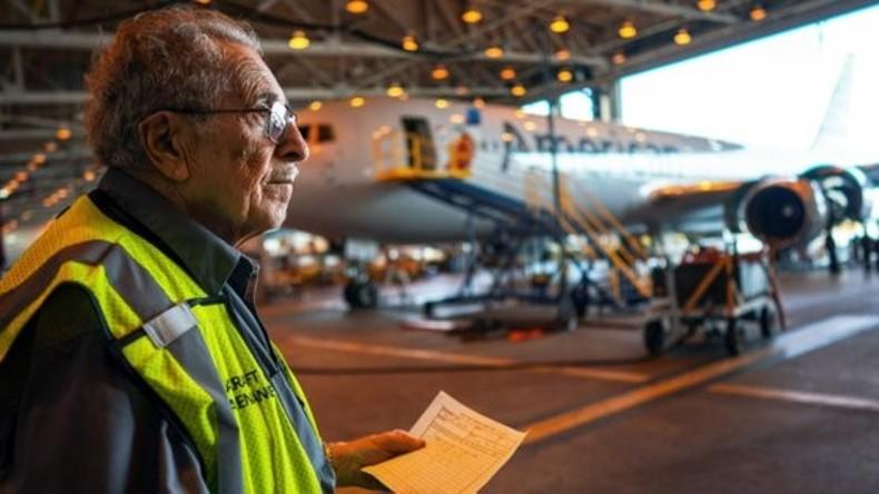 Rekord: 91-Jähriger arbeitet seit 75 Jahren als Flugzeugmechaniker