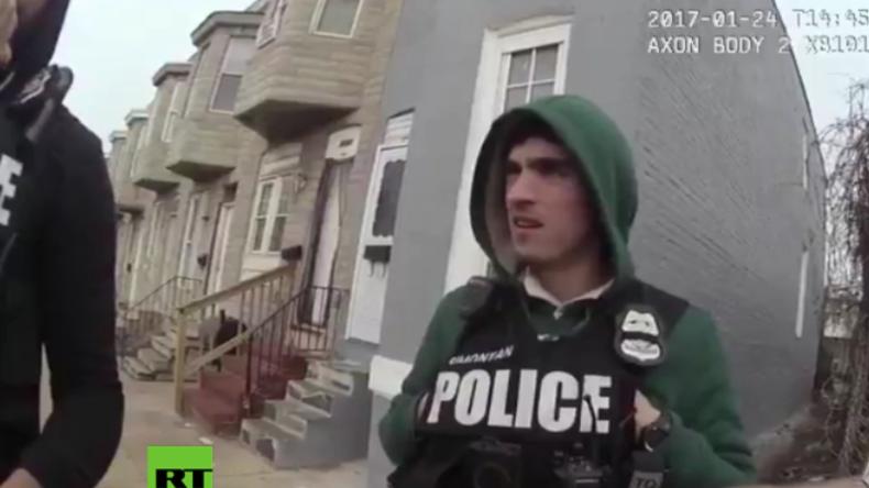 USA: Video zeigt Polizisten, der Drogen versteckt, um sie Unbeteiligten unterzujubeln