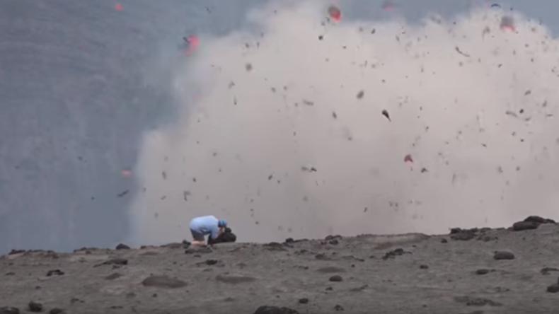Kameramann filmt Explosion im Vulkankrater und läuft nicht vor Lava weg [Video]