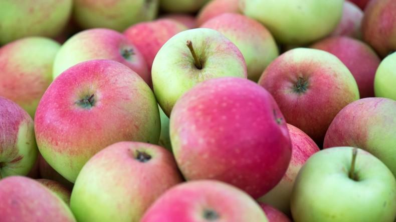 Apfel-Laster kippt auf A27 um - Einsatzkräfte müssen Obst aufsammeln