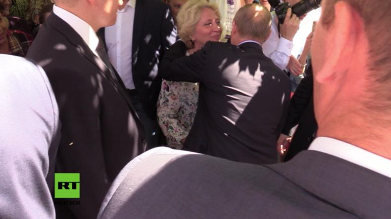 Russland: Touristin küsst russischen Präsidenten Putin