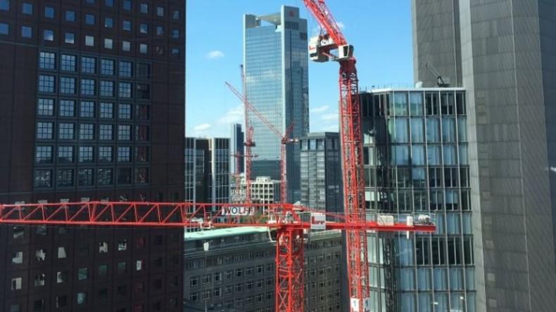 Baustellenkran in Frankfurt am Main abgeknickt - 800 Menschen in Sicherheit gebracht (FOTOS)