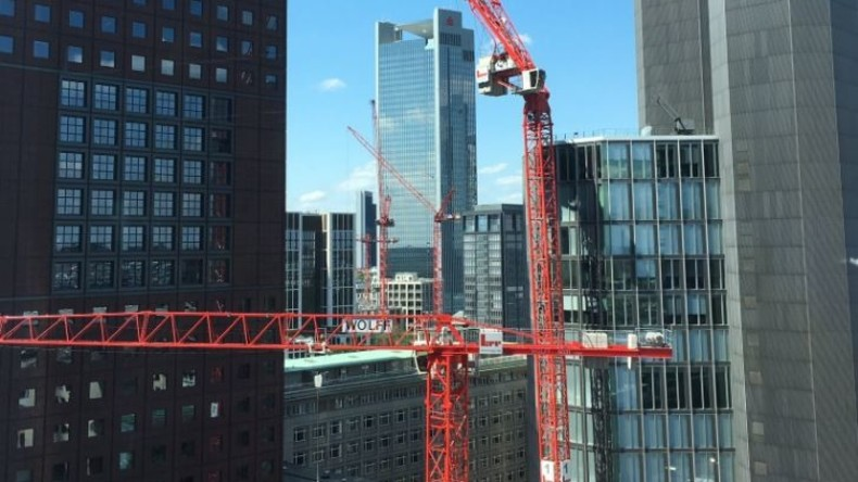 Kran droht in Frankfurt umzufallen