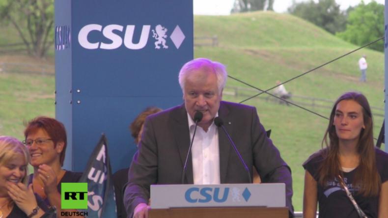 """München: """"Multikulti Endstation"""" - Migrationsgegner unterbrechen Rede von Horst Seehofer"""