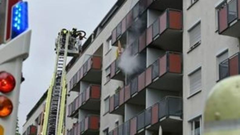 Frau will Wespennest zerstören - und brennt Balkon ab