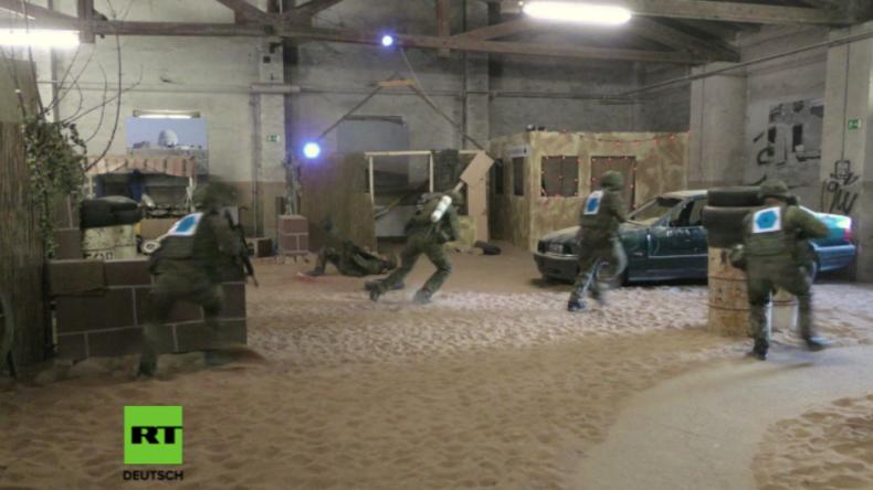 """Besuch in berüchtigter Kaserne: Von der Leyen hautnah bei """"militärischem Nahkampf"""" dabei"""
