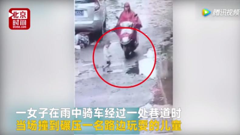 Schwangere Chinesin überfährt Kind mit Motorrad und verschwindet [VIDEO]