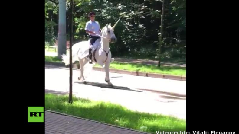 Russland: Polizist macht Mädchenträume wahr und reitet auf Einhorn durch die Straßen