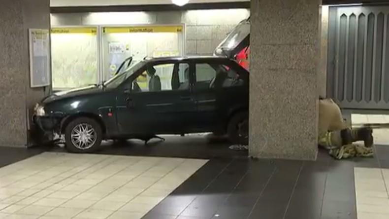 Auto fährt Treppe zur Berliner U-Bahn hinunter - drei Festnahmen