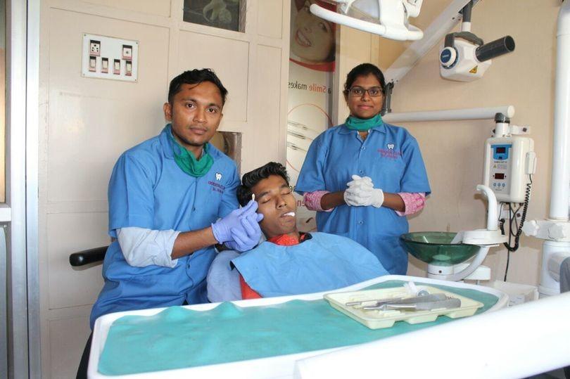 18-jähriger Inder lässt sich weltweit längsten Zahn ziehen