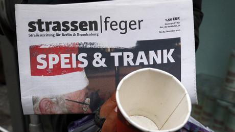 Der Anteil der Bürger, die weniger als 60 Prozent des Medianeinkommens von gegenwärtig 20.342 Euro pro Jahr zur Verfügung haben, ist in Deutschland trotz der ansehnlichen Wirtschaftsleitung und Arbeitslosenstatistiken gewachsen.
