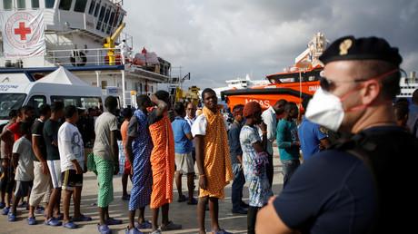 Flüchtlinge nach ihrer Ankunft im Hafen Augusta in Sizilien. Auf der italienischen Insel geraten viele von ihnen in die Fänge der Mafia und krimineller Migranten-Banden.