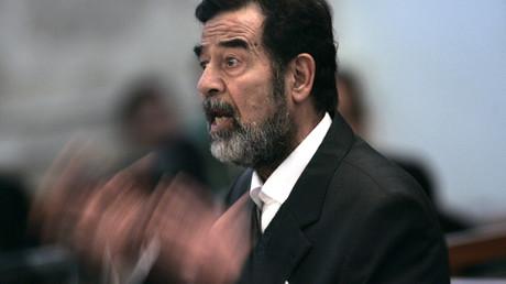 Der ehemalige irakische Präsident Saddam Hussein vor Gericht in Bagdad.