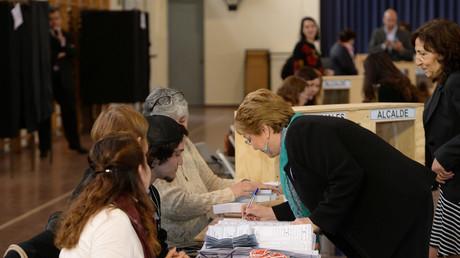 Symbolbild - Die amtierende chilenische Präsidentin Michelle Bachelet gibt ihre Stimmen bei den Kommunalwahlen 2016 ab