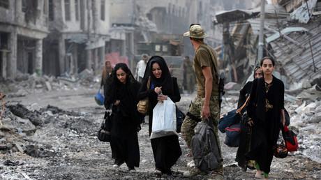 Zivilisten retten sich aus der vom Krieg gezeichneten Altstadt Mossuls.