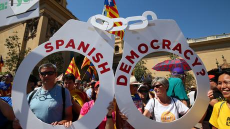 Pro-Unabhängigkeitsvertreter halten bei einer Kundgebung in Barcelona Handschellen mit der Aufschrift