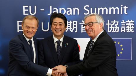 EU-Ratspräsident Donald Tusk (l), der japanische Ministerpräsident Shinzo Abe (m) und EU-Kommissionspräsident Jean-Claude Juncker (r), freuen sich über den Abschluss der JEFTA-Verhandlungen.