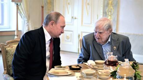 Eines der letzten Fotos des berühmten Sankt Petersburgers. Am 3. Juni 2017 zeichnete der russische Präsident Wladimir Putin Daniil Granin bei einem Festakt mit dem Staatspreis der Russischen Föderation für herausragende Verdienste auf dem Gebiet der humanitären Tätigkeit aus.