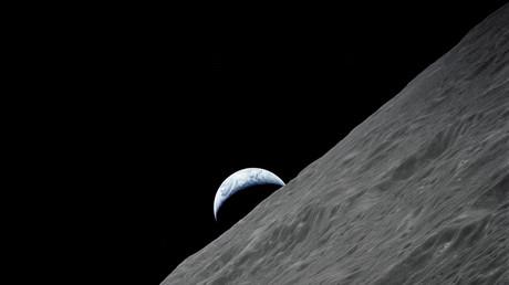 Die Erde erscheint in Form einer Sichel über dem Horizont des Mondes. Foto aufgenommen von der Apollo-Mission 17, 13. Dezember 1972