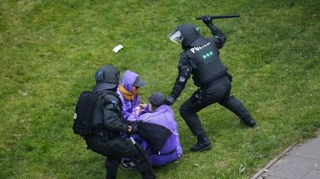 Knüppel frei: Die Polizei geht in Hamburg mit unverhältnismäßiger Gewalt gegen Kritiker des G20-Gipfels vor.