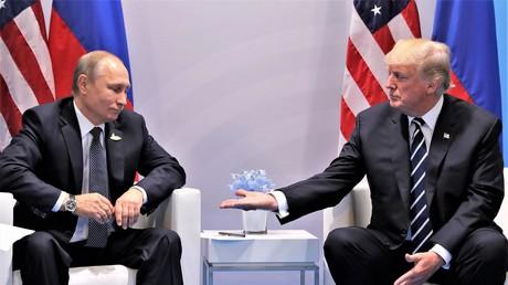 Auch die Handreichung Trumps an Putin haben Journalisten ausgiebig diskutiert. Die offene Hand Trumps und das kurze Zögern Putins, sie zu erwidern, gaben Anlass für reichlich Küchenpsychologie.