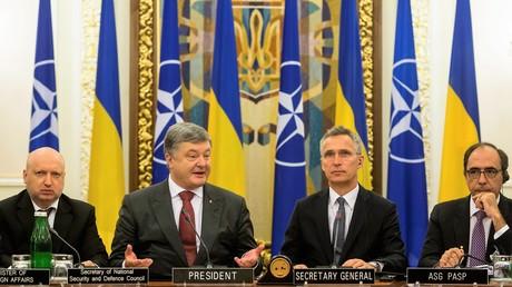 Ukrainischer Präsident Perto Poroschenko (Mitte links) trifft sich mit NATO-Generalsekretär Jens Stoltenberg (Mitte rechts) am 10. Juli in Kiew.