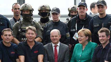 Bundeskanzlerin Merkel (2 v.r.) und der Hamburger Bürgermeister Olaf Scholz (3 v.l.) posieren gemeinsam mit Einsatzkräften der Hamburger Polizei