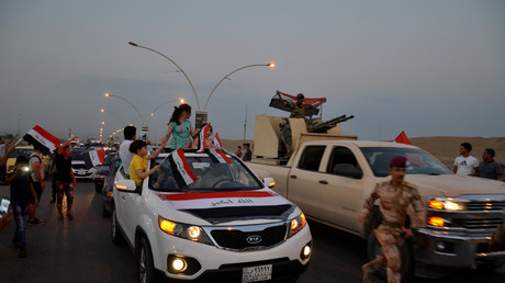 Bewohner und Soldaten feiern gemeinsam die Befreiung Mossuls vom